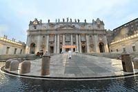Papst Franziskus allein auf dem Petersplatz im Vatikan.