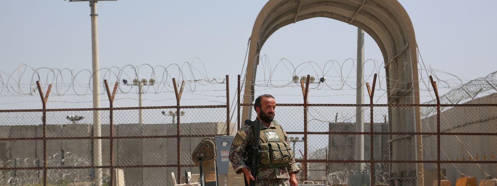 Ein afghanischer Soldat steht Wache an einem Armee-Kontrollpunkt in der Nähe des Luftwaffenstützpunkts Bagram, nachdem alle US- und NATO-Truppen den Stützpunkt in der Provinz verlassen haben.