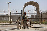 16.07.2021, Afghanistan, Bagram: Ein afghanischer Soldat steht Wache an einem Armee-Kontrollpunkt in der Nähe des Luftwaffenstützpunkts Bagram, nachdem alle US- und NATO-Truppen den Stützpunkt in der Provinz verlassen haben. Die Nato hat ihren Militäreinsatz in Afghanistan nach knapp zwei Jahrzehnten beendet. Foto: Sayed Zakeria/Sputnik/dpa +++ dpa-Bildfunk +++