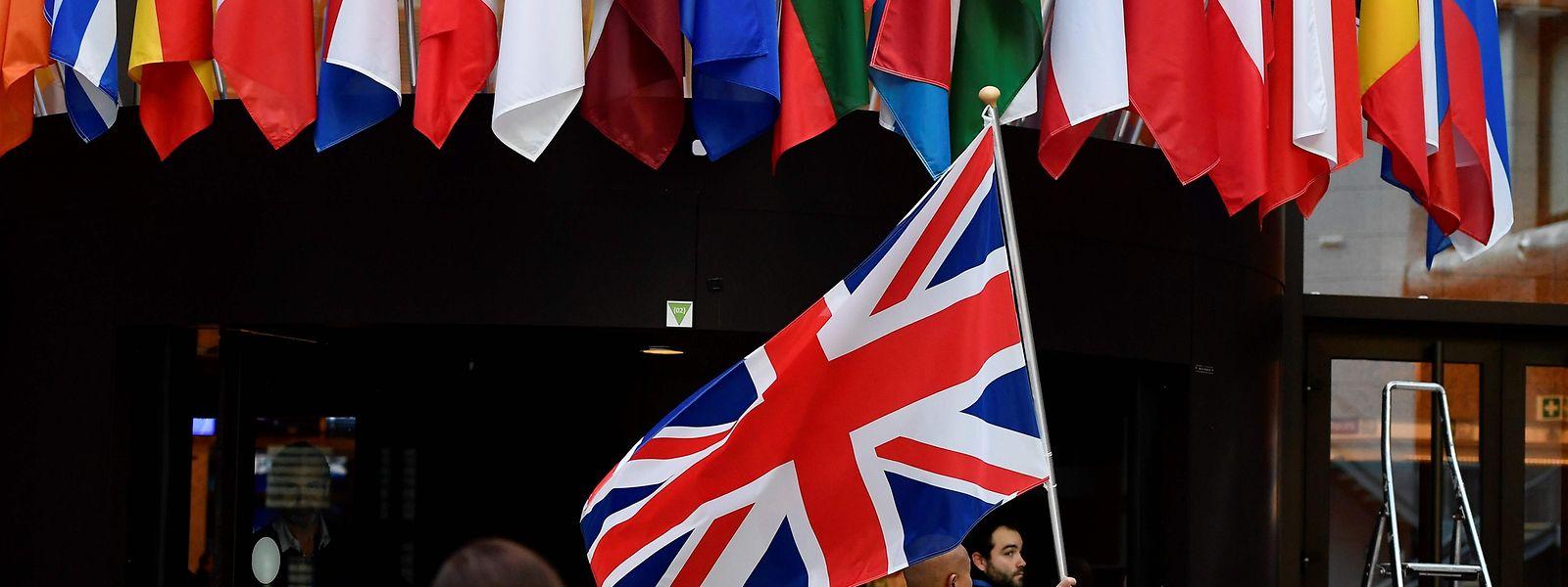 Après de longues tractations durant le week-end et une dernière réunion lundi, les ambassadeurs des 27 pays de l'UE ont décidé d'un report de trois mois du Brexit.
