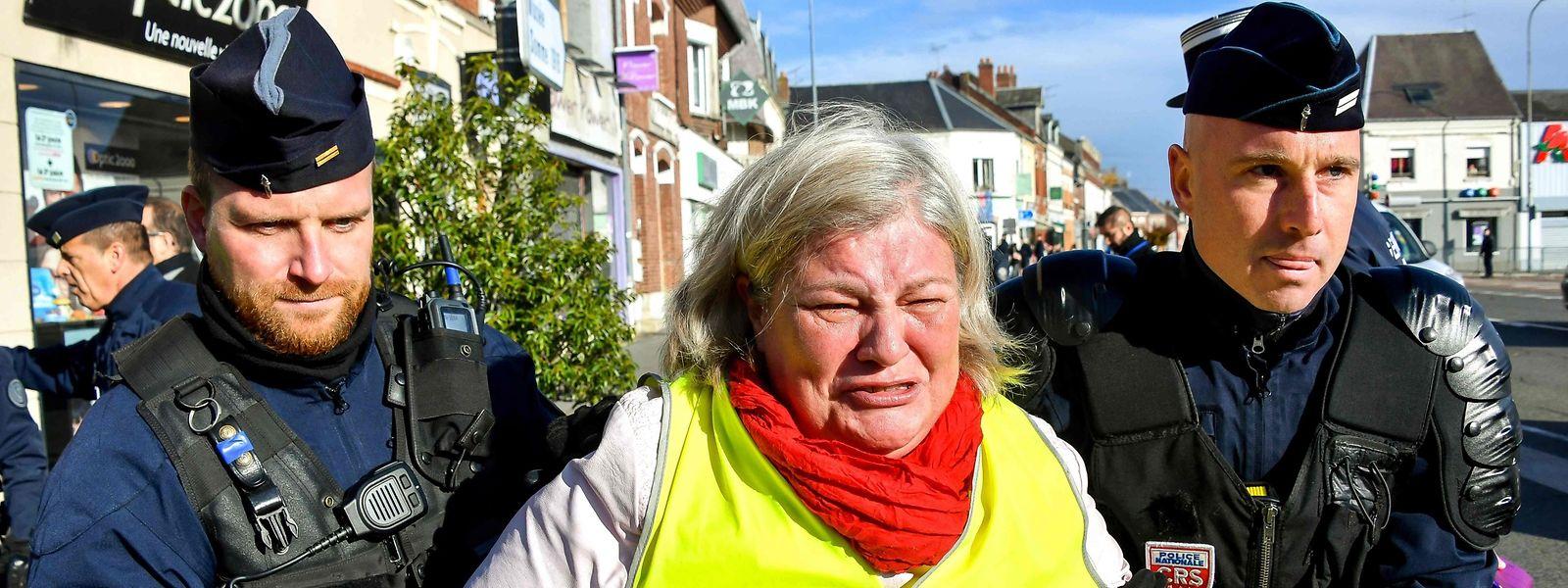 """Une manifestation de """"gilets jaunes"""" le 9 novembre dans le nord de la France."""