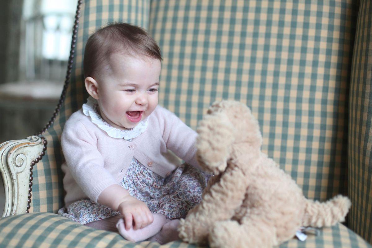 Prinzessin Charlotte freut sich beim Spielen mit dem Teddy.