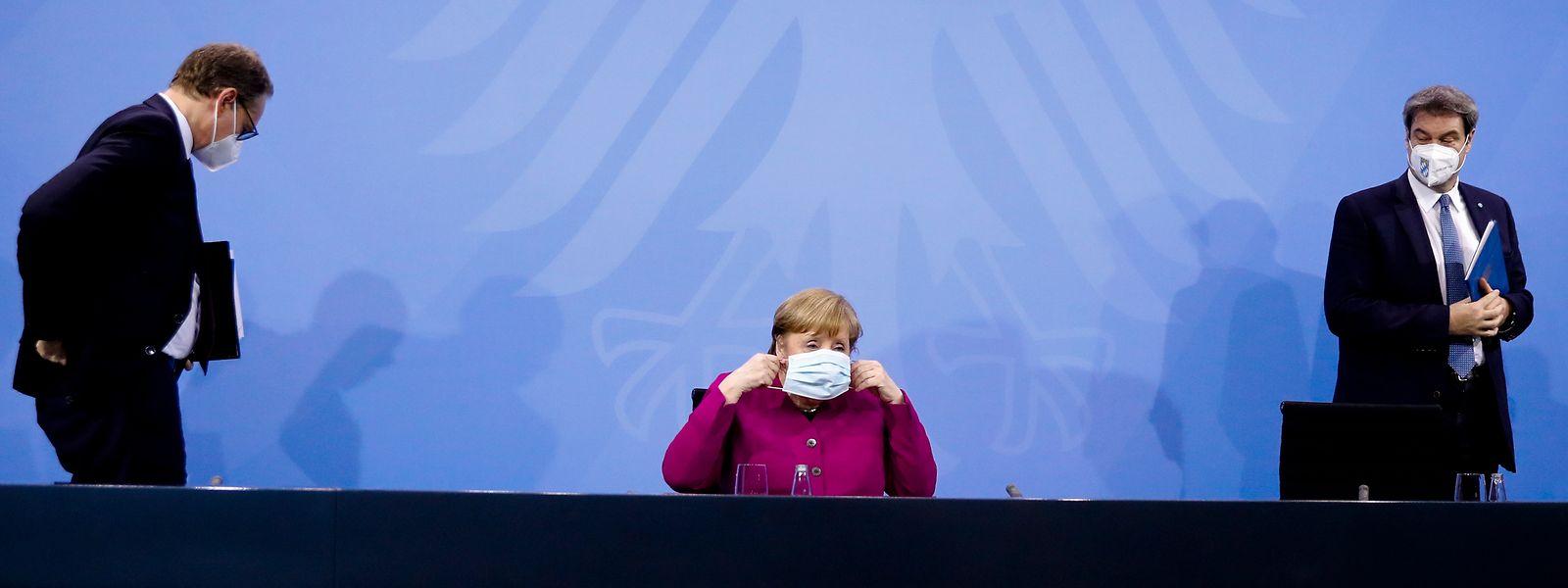 Bundeskanzlerin Angela Merkel (M, CDU), Markus Söder (r, CSU), Ministerpräsident von Bayern, und Michael Müller (SPD), Regierender Bürgermeister von Berlin, verlassen nach einem Treffen im Kanzleramt eine Pressekonferenz.