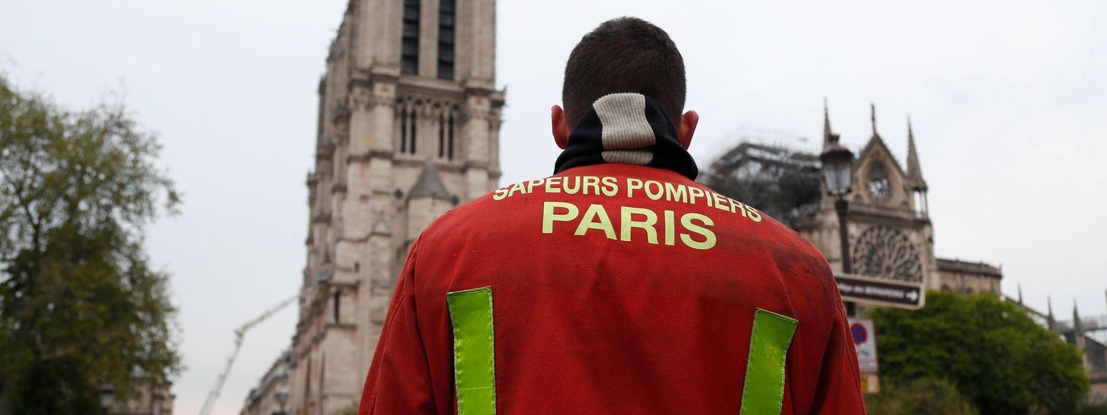 Quelque 400 pompiers ont lutté pendant plus de 12 heures contre l'incendie de la cathédrale Notre-Dame de Paris.