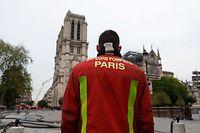 An die 400 Feuerwehrkräfte waren an den Löscharbeiten an der Pariser Kathedrale beteiligt.