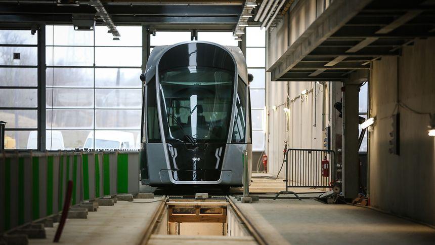 """Das erste Tramfahrzeug wartet bereits im """"Tramsschapp"""" auf seinen ersten großen Einsatz."""