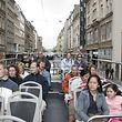 Das Archivfoto zeigt Fahrgäste auf der Rundfahrt durch die Stadt.