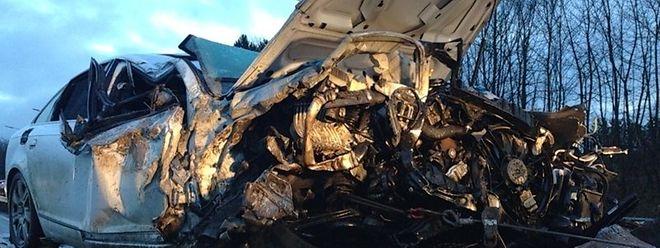 Der Fahrer dieses Wagens wurde bei der Kollision mit einem Lastkraftwagen nur leicht verletzt.