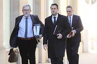 Politik, Waringo-Bericht, Jeannot Waringo und Xavier Bettel auf dem Weg vom Staatministerium in die Abgeordentenkammer,  Foto: Guy Wolff/Luxemburger Weg