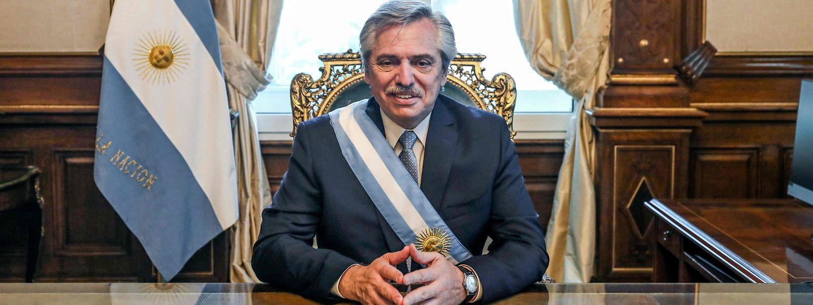 Präsident Alberto Fernández posiert in seinem neuen Büro für die Fotografen.