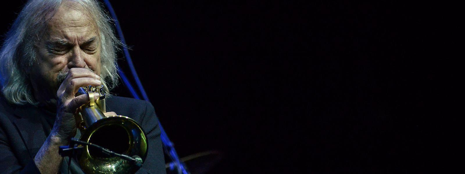 """Enrico Rava ist einer der bekanntesten Jazzmusiker Europas. Zum """"Like a Jazz Machine"""" begleitet ihn ein hochkarätiges Quintett."""