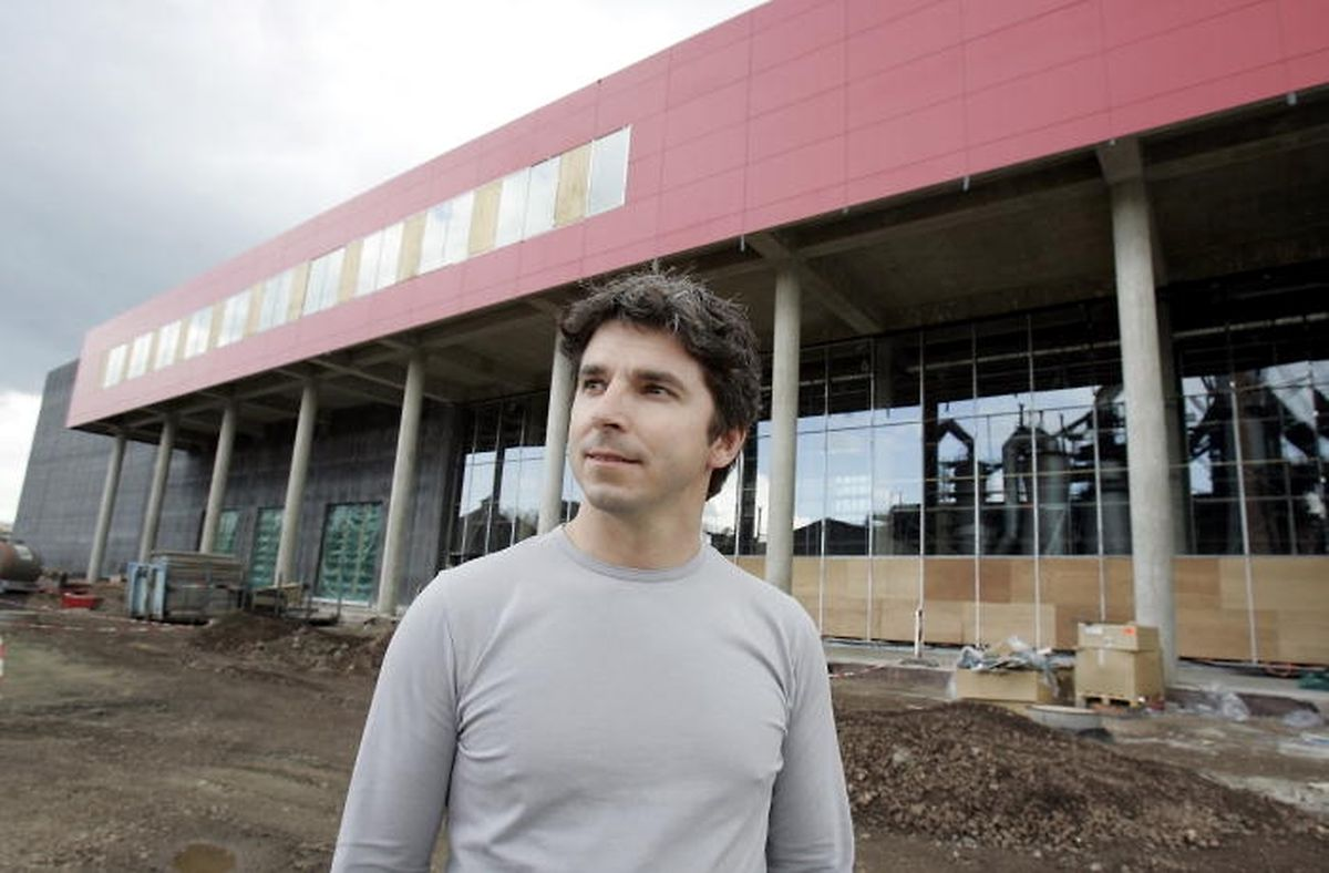 ...2005 ließ er sich noch vor der Baustelle ablichten.