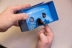 Mit Cardboards kann man ohne teures Equipment erste Gehversuche in virtuellen Realitäten wagen.