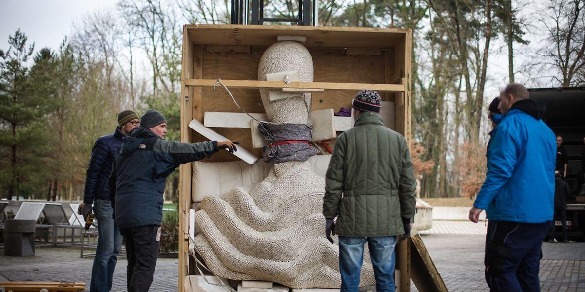 Bei aller Schwere doch fragil und – nicht zuletzt – richtig teuer: Tony Craggs Skulpturen müssen mit viel Sorgfalt ausgeladen werden.