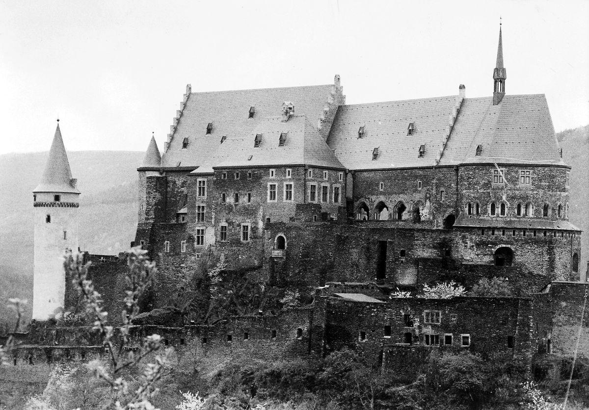 Schloss Vianden nach dem Abschluss des ersten Teils der Restaurierungsarbeiten im Jahr 1983. 1977 ging das historische Bauwerk für 22 Millionen Franken aus dem Besitz der großherzoglichen Familie an den luxemburgischen Staat über.