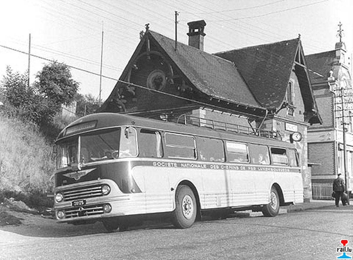 Ancienne gare de Junglinster avec autobus de la marque Chausson.
