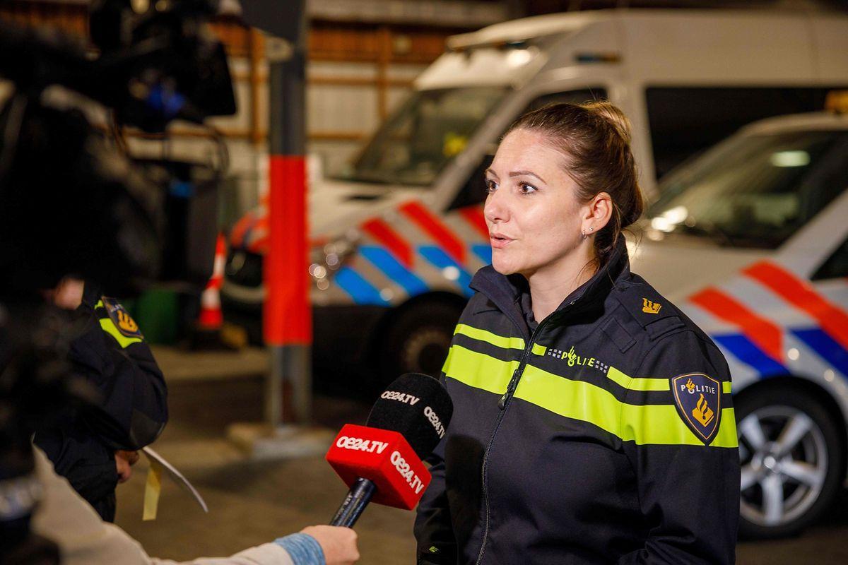 Eine Polizeisprecherin spricht mit der Presse über den Fall in Ruinerwold.