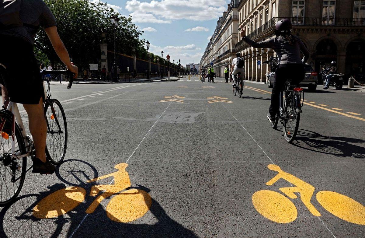 In der Rue de Rivoli in Paris ist nun der Zugang für Autos und Busse gesperrt.