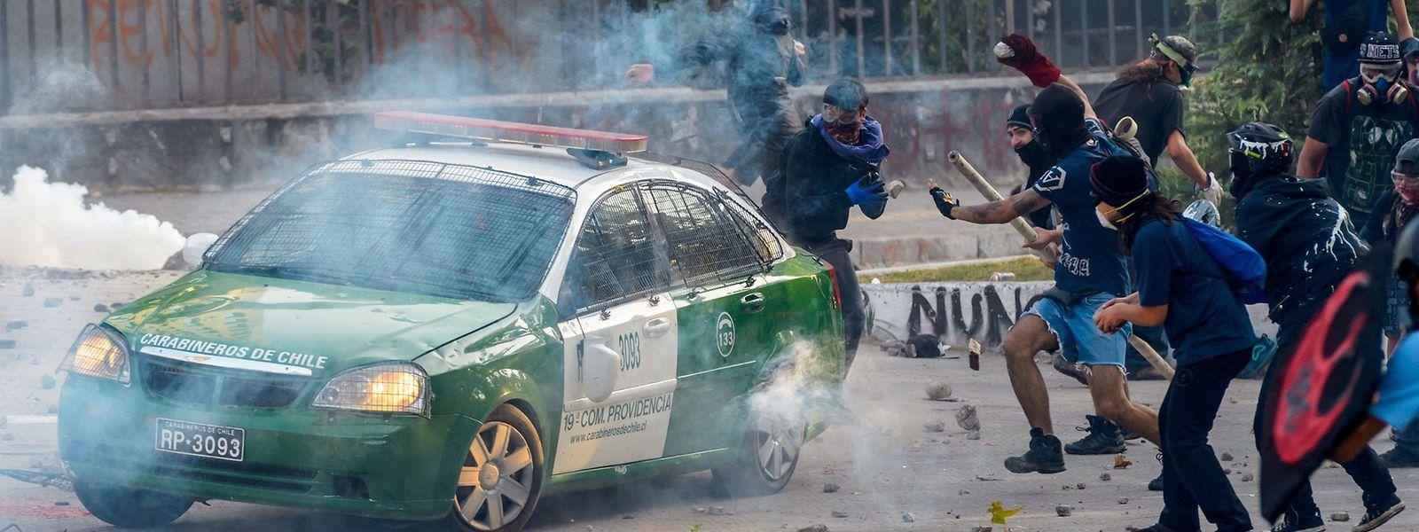 Regelmäßig kommt es in der chilenischen Hauptstadt zu gewaltsamen Auseinandersetzungen zwischen Demonstranten und Sicherheitskräften.