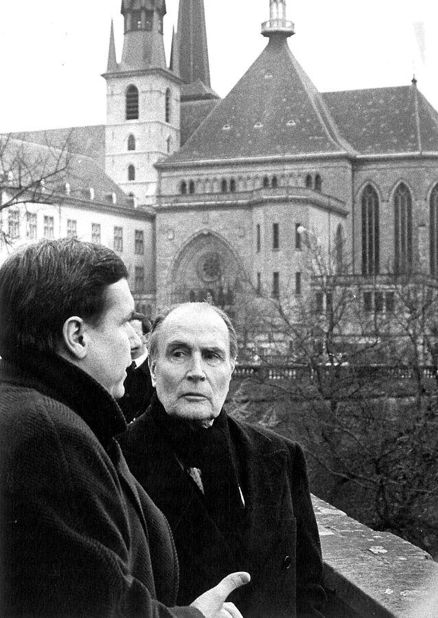 François Mitterrand visite la ville et se laisse guider par le directeur de l'Office du tourisme, Roland Pinnel.