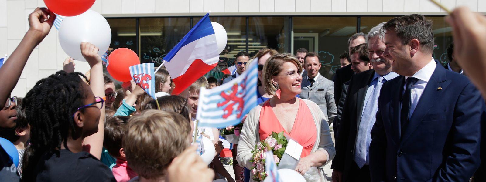 La grande-duchesse Maria-Teresa, le Premier ministre Xavier Bettel, et la ministre du gouvernement français auprès du ministre de l'Europe et des Affaires étrangères, chargée des Affaires européennes, Nathalie Loiseau, accueillis sur le parvis de l'école primaire.