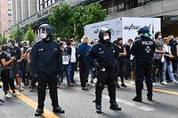 29.08.2020, Berlin: Teilnehmer einer Gegendemonstration einer Kundgebung gegen die Corona-Maßnahmen stehen der Polizei gegenüber. Foto: Paul Zinken/dpa +++ dpa-Bildfunk +++