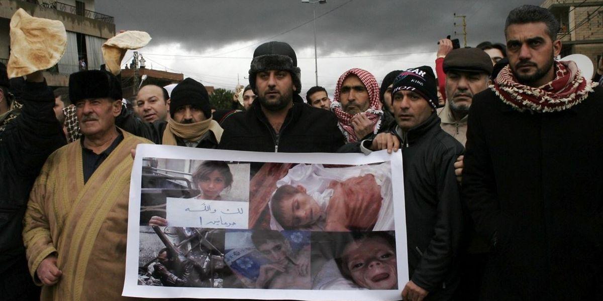 Sunnitische Muslime besetzen den Grenzposten zum Libanon, um gegen die andauernde Belagerung der Stadt Madaja zu protestieren.