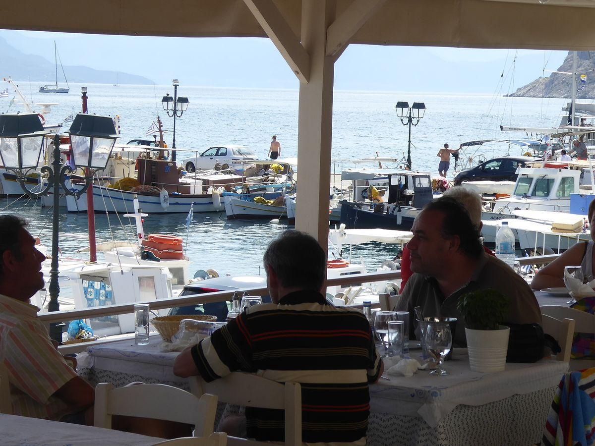 Gemütliches Essen am Strand, wie hier in Perdika auf Ägina.