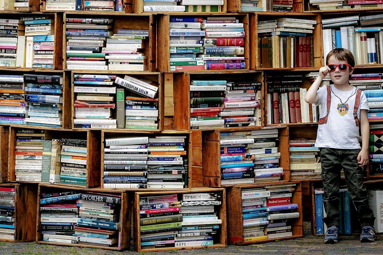 Deventer (Niederlande). Tausende Bibliophile treffen sich alljährlich zum größten Büchermarkt Europas, bei dem über 850 Stände locken.