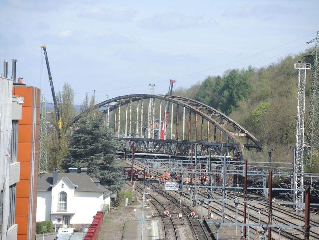 Am Dienstag, dem 11. April stand die Brücke noch in voller Pracht am Ende der Escher Bahnhofsanlage.