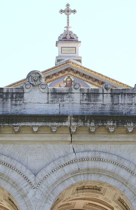In der Fassade der Papstbasilika Sankt Paul in Rom wurde ein Riss festgestellt.