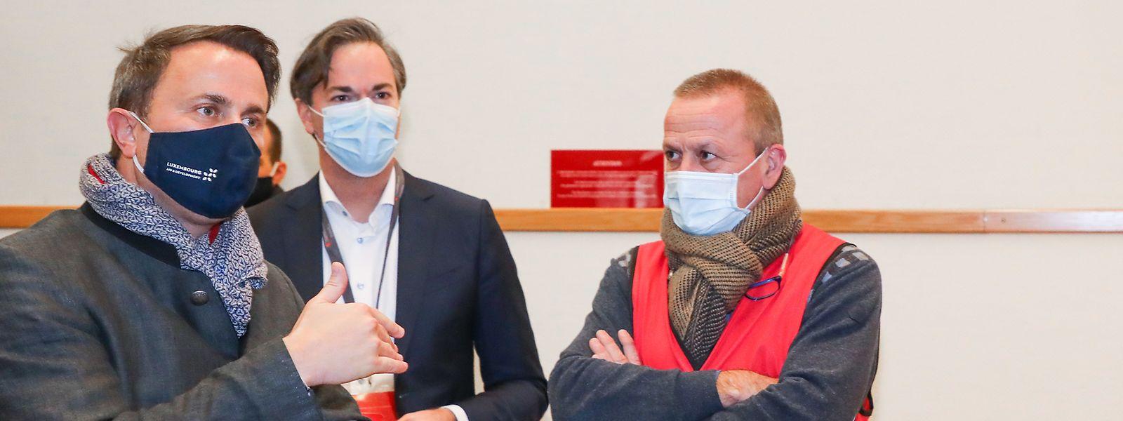 Mercredi soir, Luc Feller (au centre) a pu expliquer au Premier ministre le fonctionnement du premier centre de vaccination à ouvrir, au Limpertsberg.
