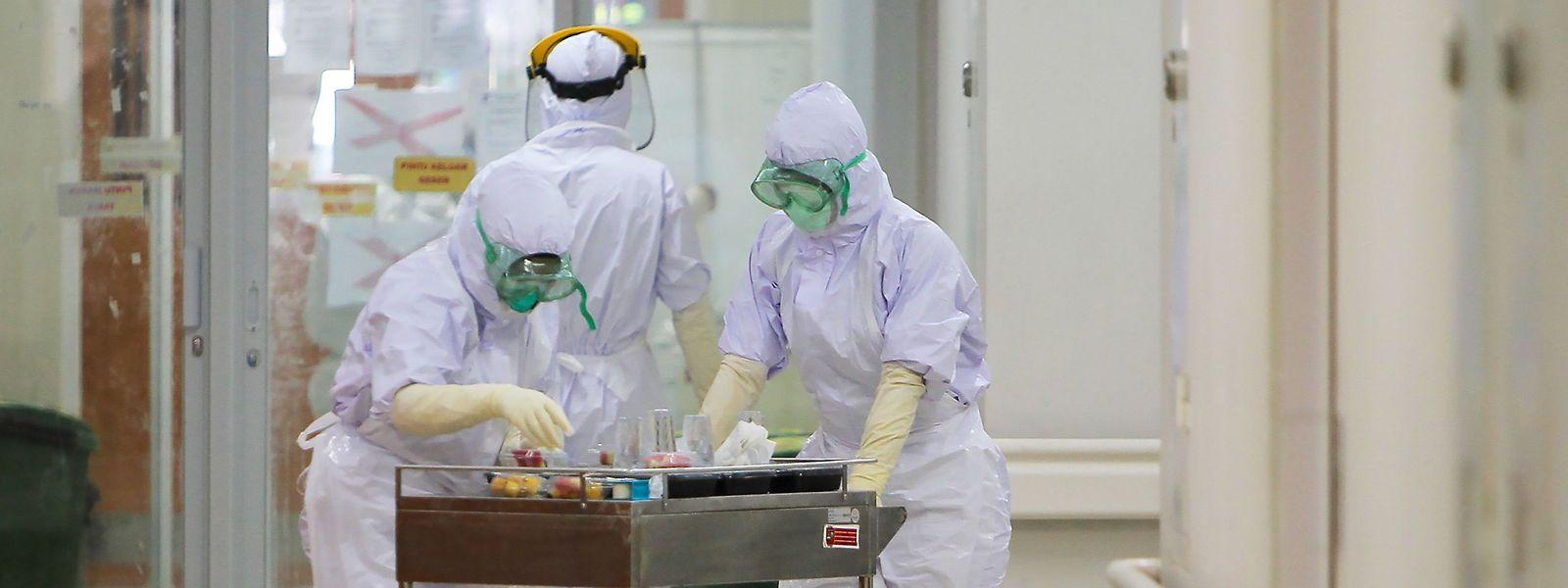 Wer sich am Arbeitsplatz mit Covid-19 infiziert, hat vollumfänglichen Anspruch auf Kostenübernahme.