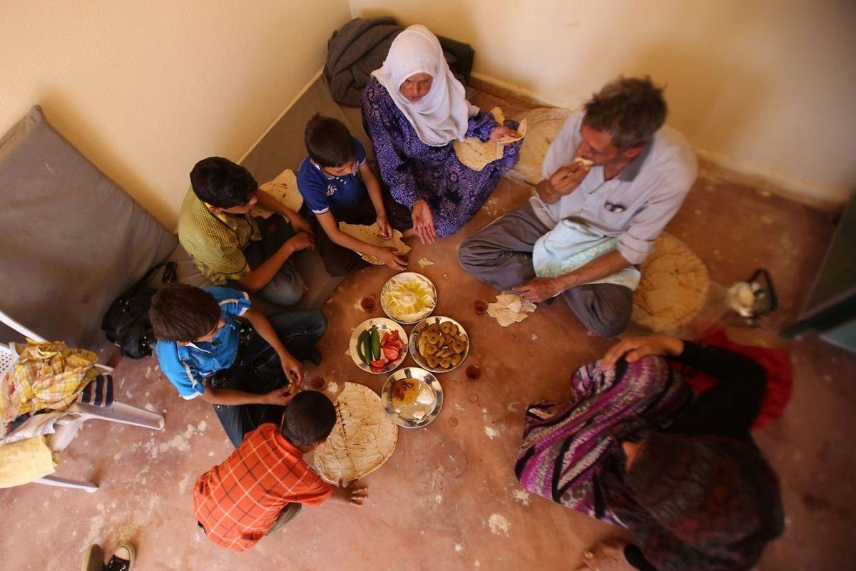 Etwas Ruhe: Eine syrische Familie, die aus Daraja evakutiert wurde, kann etwas frühstücken.