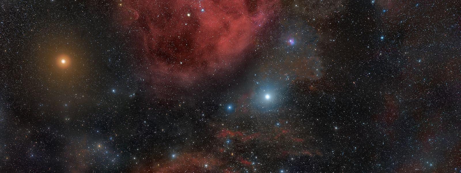 Beteigeuze ist als gelblicher Stern am linken Rand des Fotos zu sehen.