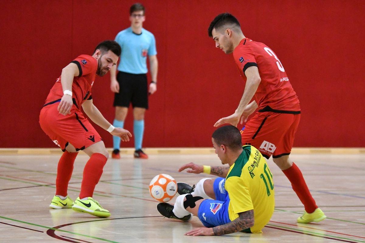 Jordan Afoun pressé apr le duo Francisco Pereira-Daniel Vieira. Differdange 03 a préparé de la meilleure manière le final four en écartant le Samba 7 Futsal Niederkorn.