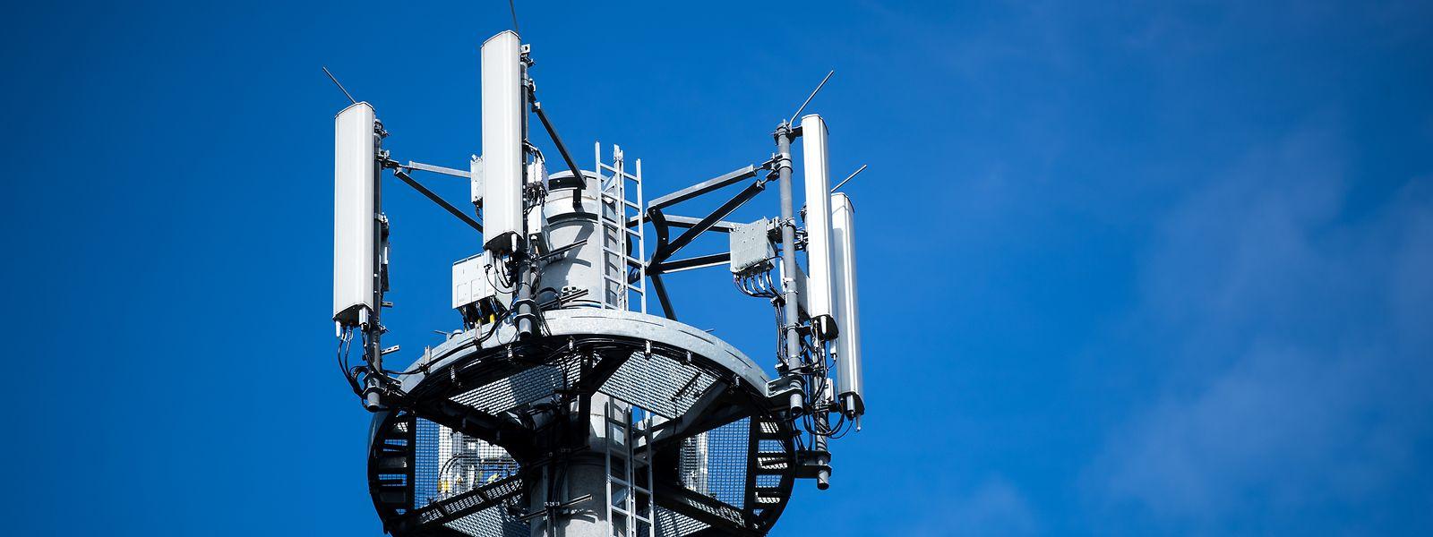 Ein Mast mit verschiedenen Antennen von Mobilfunkanbietern.