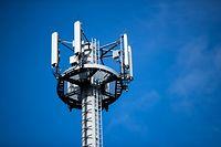 """ARCHIV - 26.04.2018, Mecklenburg-Vorpommern, Born: Ein Mast mit verschiedenen Antennen von Mobilfunkanbietern. (zu dpa «Mobilfunkstandard 5G zwischen Visionen und Machbarkeit"""") Foto: Jens Büttner/ZB/dpa +++ dpa-Bildfunk +++"""