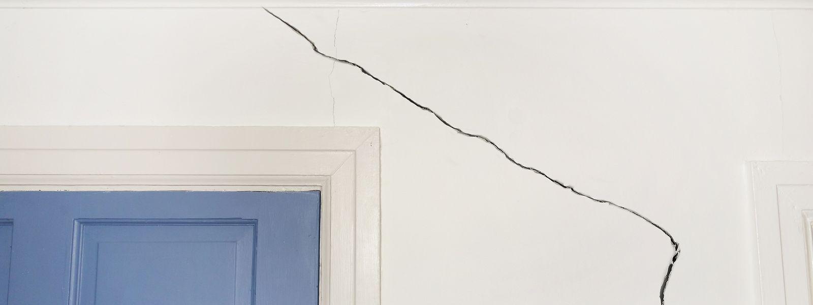 Ausgetrocknete Tonböden können zu schweren Schäden an Gebäuden führen.