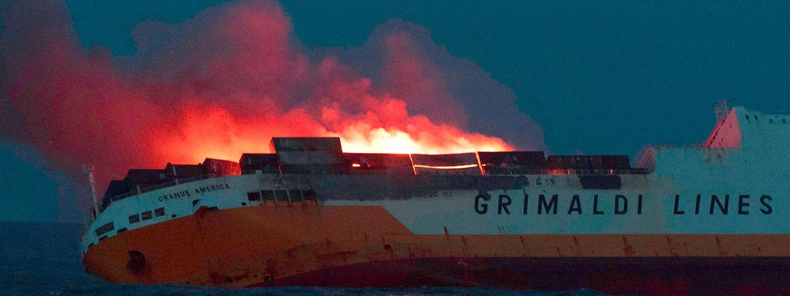 """Die """"Grande America"""" in Flammen vor der Küste Fankreichs. Das Bild stammt vom Montag, mittlerweile liegt das Wrack in 4500 Metern Tiefe."""