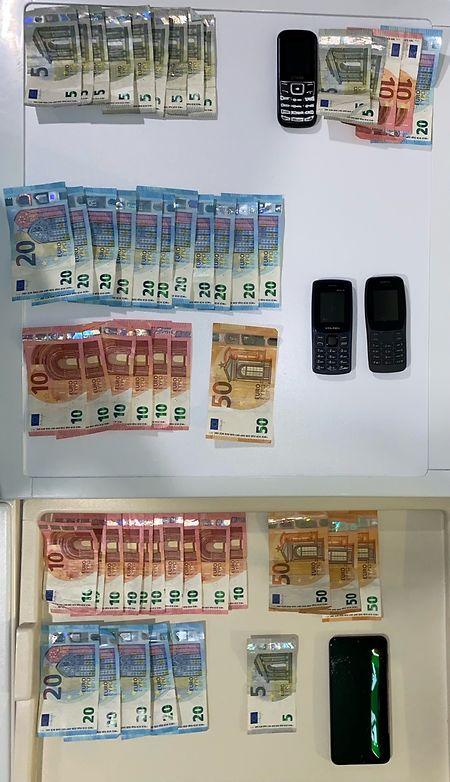 Die Polizei stellte mehrere Mobiltelefone und Bargeld sicher.
