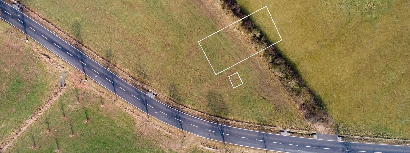 Oben ist der Weg, von dem vermutet wurde, es könnte ein Kiem sein, als grüner Streifen zu erkennen. Die weißen Linien zeigen, wo auf den Luftbildern die alten Grundmauern zu erkennen waren.