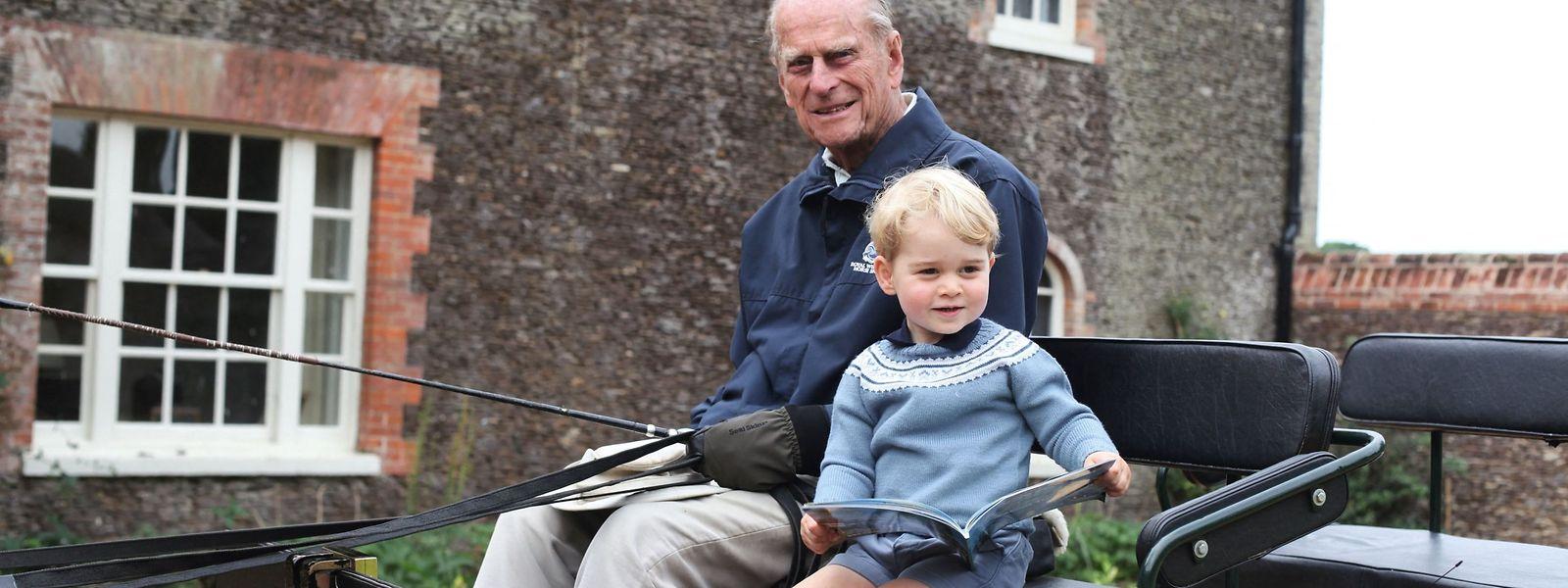 Prinz George wird von seinem Urgroßvater Prinz Philip in der Kutsche abgeholt. Der Schnappschuss wurde von Herzogin Katherine festgehalten.