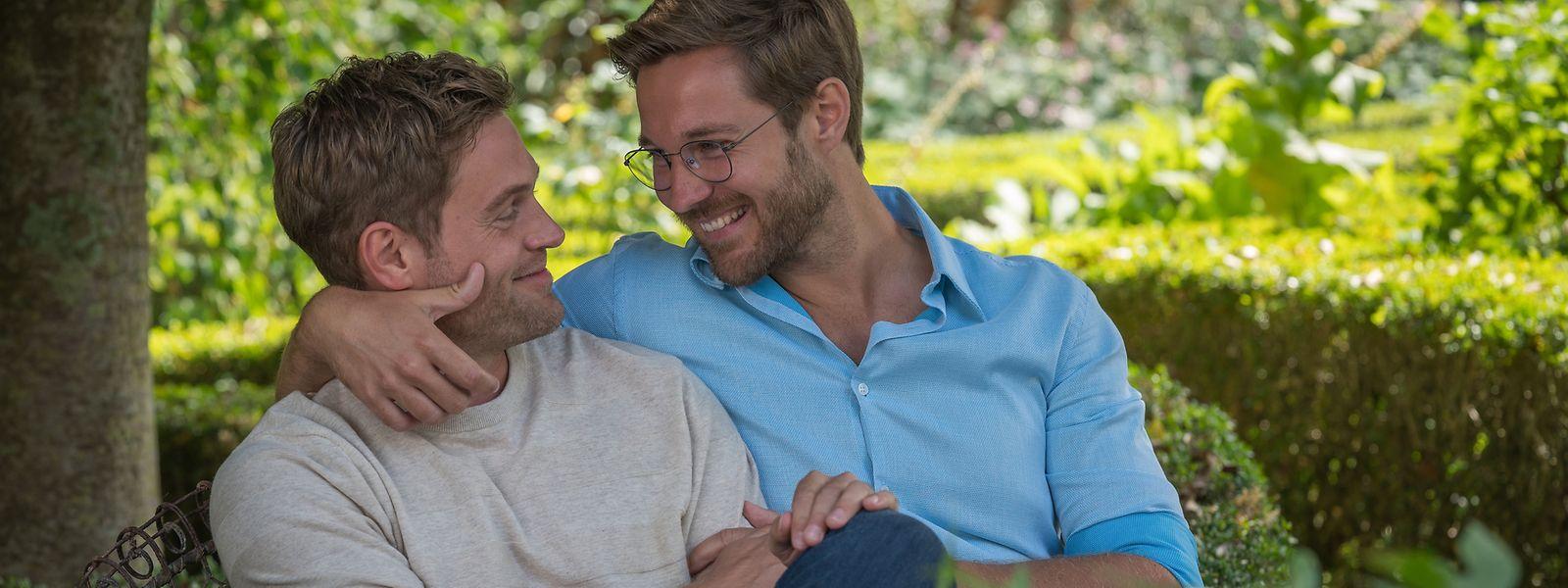Sam (Tommy Schlesser, r.) ist Marcs (Joscha Kiefer) große Liebe. Doch um seine Fußballkarriere nicht zu gefährden, möchte Marc die Beziehung zu Sam geheim halten.