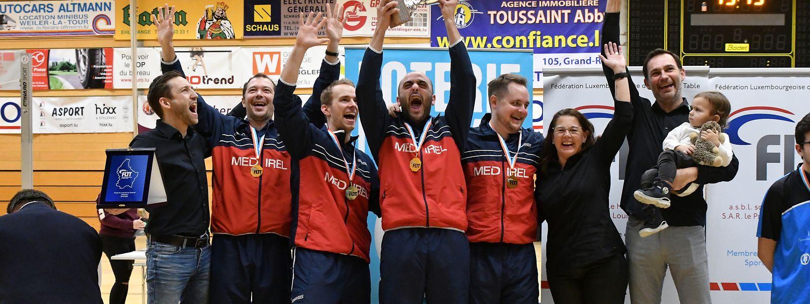Die Düdelinger Andy Cattazzo (Kapitän), Zoltan Fejer-Konnerth, Dennis Müller, Fabio Santomauro, Gilles Michely, Bianca Bauer (Trainerin) und Steve Goetzinger (Trainer, v.l.n.r.) freuen sich über den Titelgewinn.