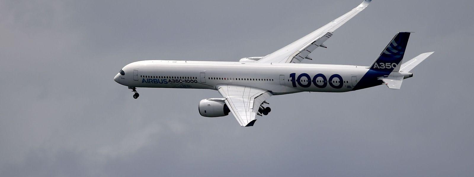 Eine A350-1000 beim Überflug des Geländes in Le Bourget.