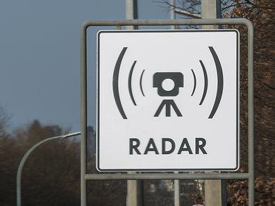 14.3.Escher Autobahn / Warnschild Radargeraete  / Radar / Radageraete /Foto:Guy Jallay