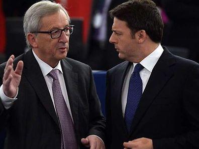 Jean-Claude Juncker et Matteo Renzi avant l'arrivée du pape François au Parlement européen, le 25 novembre.