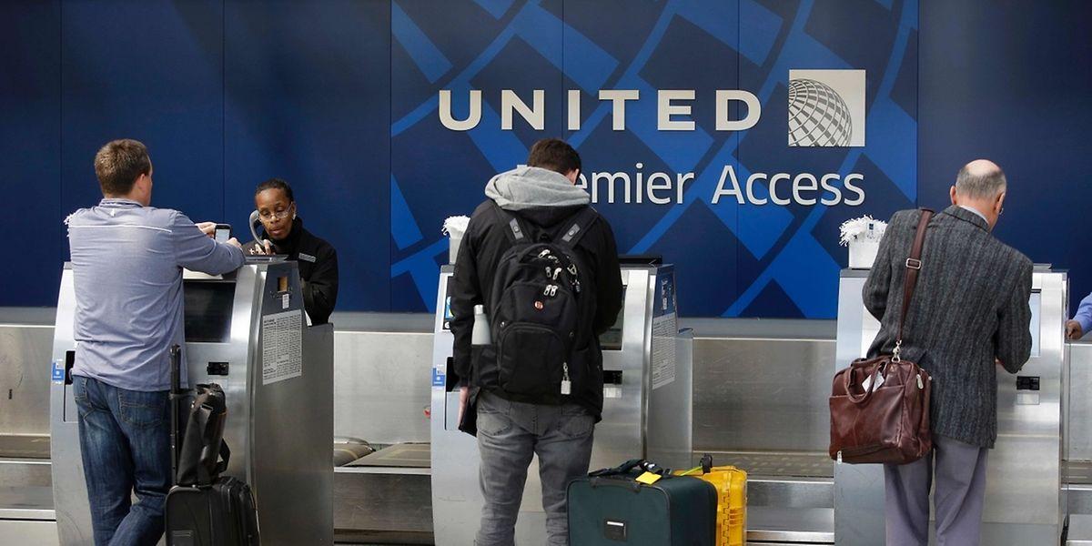 Probleme mit Überbuchungen sollen künftig noch vor dem Einstieg der Passagiere in die Flugzeuge gelöst werden.