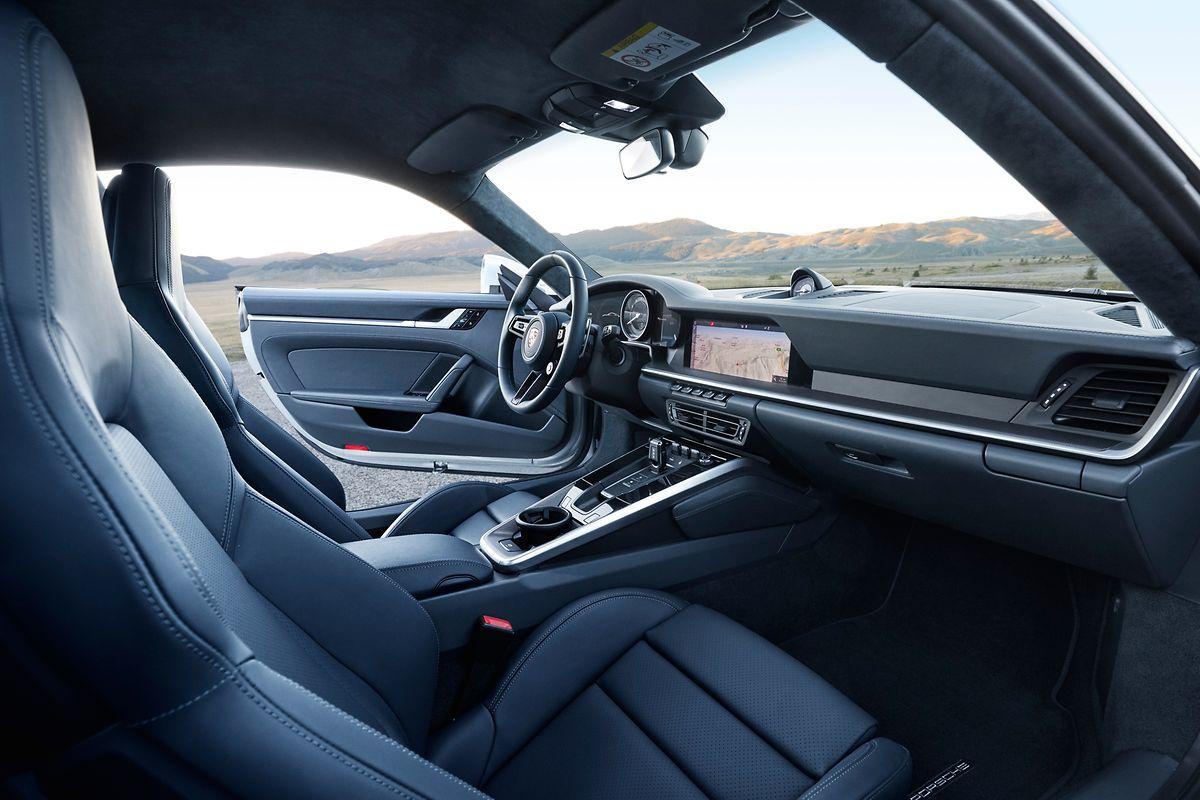 Im eher nüchternen Cockpit gibt es unter anderem Sitze mit verbessertem Seitenhalt.